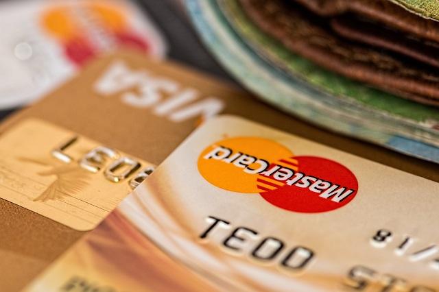 Stapel creditcards die op een tafel rusten