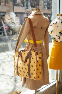 Etalage in een kledingwinkel voor detailhandel