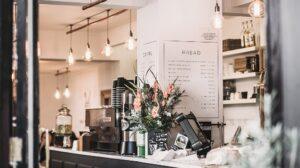 Coffeeshop in industriële stijl met menu weergegeven