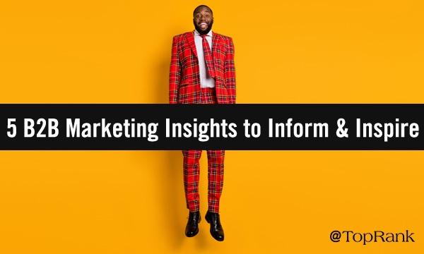 Zwarte zakenman in kleurrijk kostuum die met marketingvreugde springen tegen gele achtergrondafbeelding.