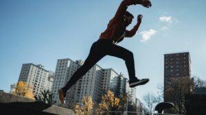 Man springt van betonnen richel