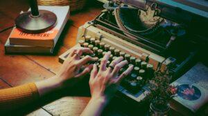 Persoon die op oude typemachine typt