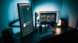 meerdere computerschermen op bureau