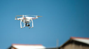 Drone vliegt over een wijk