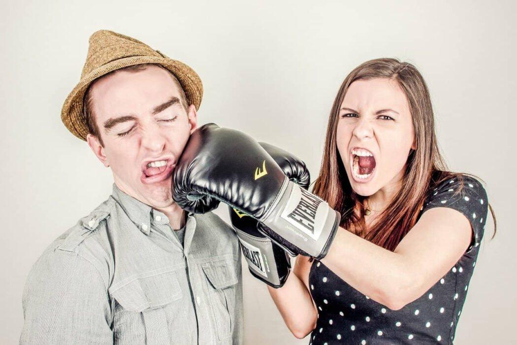 Twee mensen vechten op de verjaardag van het World Wide Web