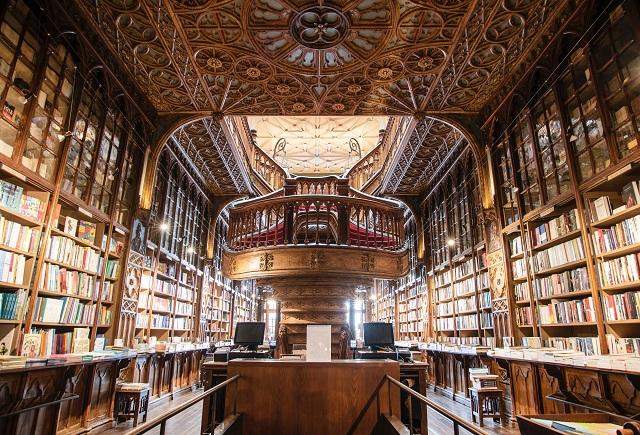 Grote sierlijke bibliotheek met planken die uit het frame strekken