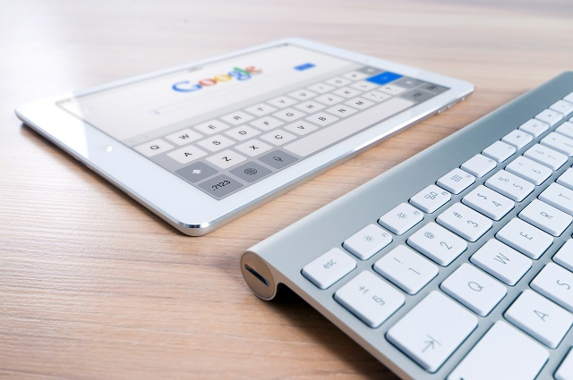 Tablet rustend voor een toetsenbord met een zoekpagina open