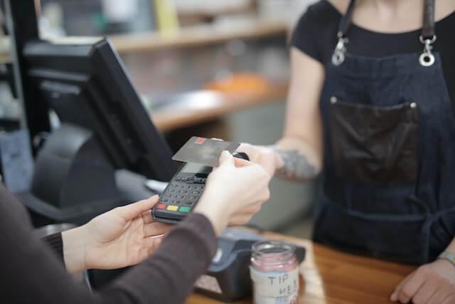 Persoon die in de winkel betaalt met een creditcard