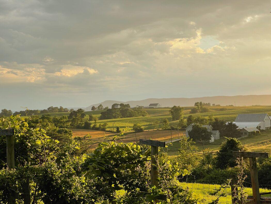 zonsondergang boven een boerderij in JPEG-formaat