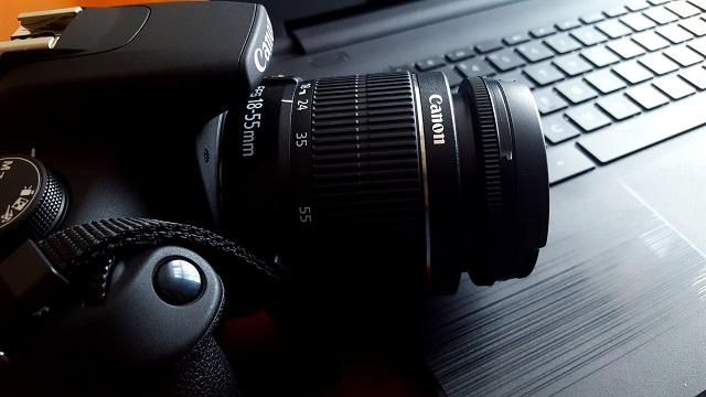 Camera rustend op een laptop