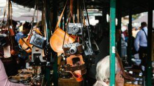 Camera's die in een marktkraam hangen