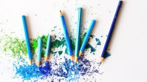 blauwe kleurpotloden op witte achtergrond