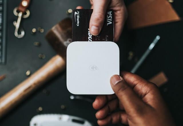 Persoon die een chiplezer met creditcard gebruikt