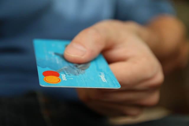 persoon met een creditcard