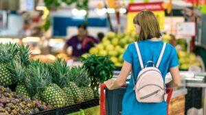 Vrouw in supermarkt bekijkt haar opties