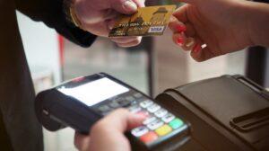 Man overhandigen kassier creditcard