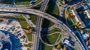 Luchtfoto van een uitwisseling met auto's