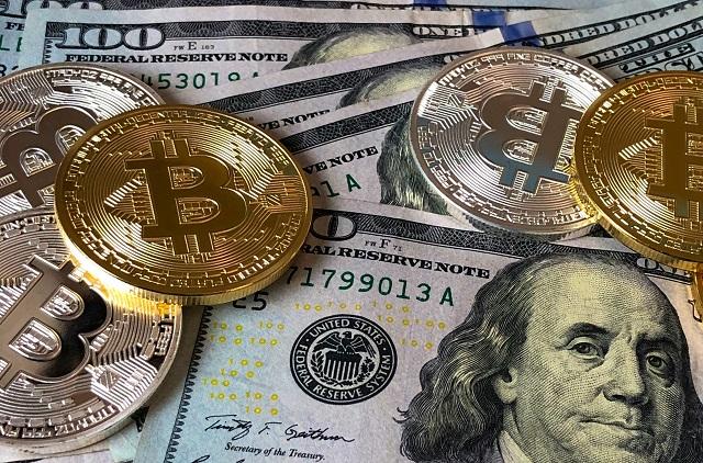 Bitcoins verspreid over 100 dollarbiljetten