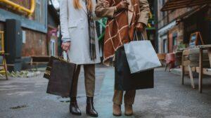 Twee mensen staan op een marktstraat met boodschappentassen