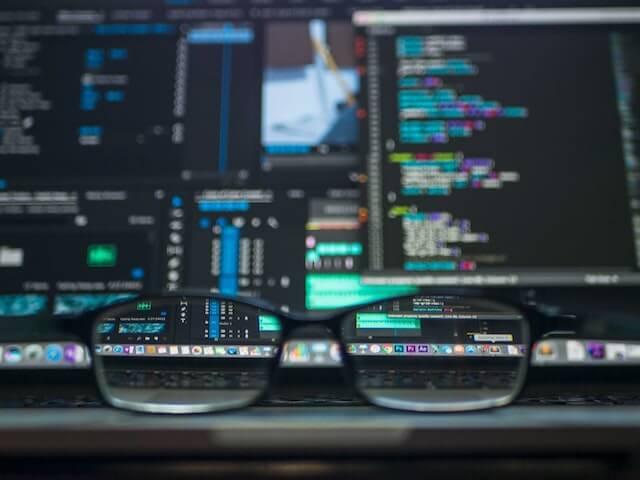 bril die voor een computer zit