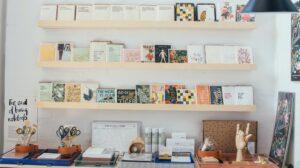 Briefpapier winkel display met kaarten op planken