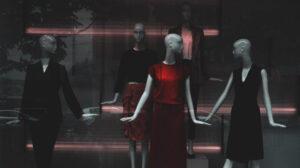 Rode jurk tentoongesteld rond zwarte jurken