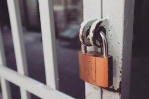 Hangslot op een poort ter illustratie van websitevertrouwen