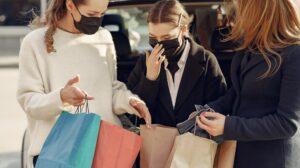 Drie vrouwen met boodschappentassen